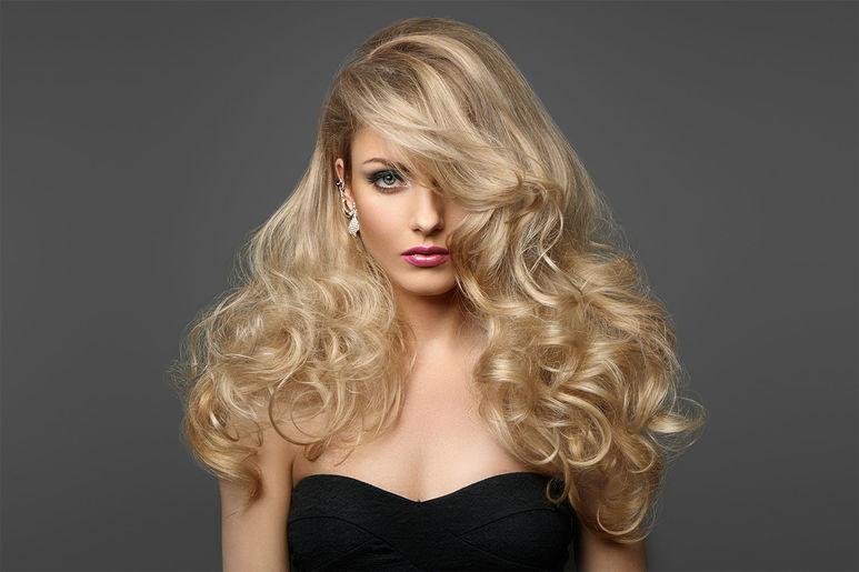 Блондинка в возрасте соблазняет