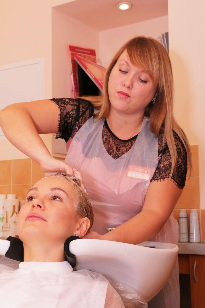 Елена Ильясова в студии красоты L'orange. 1 этап процедуры «Абсолютное счастье для волос»