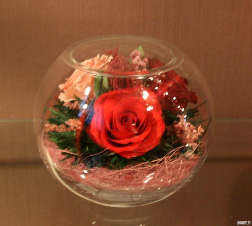 Цветы в стеклянной колбе